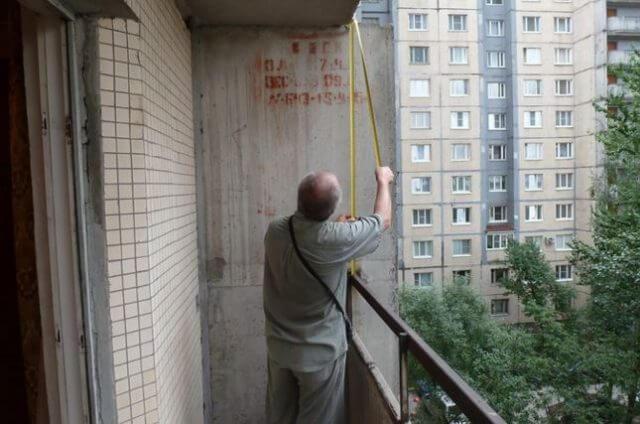 Установка ПВХ-рамы на балконе